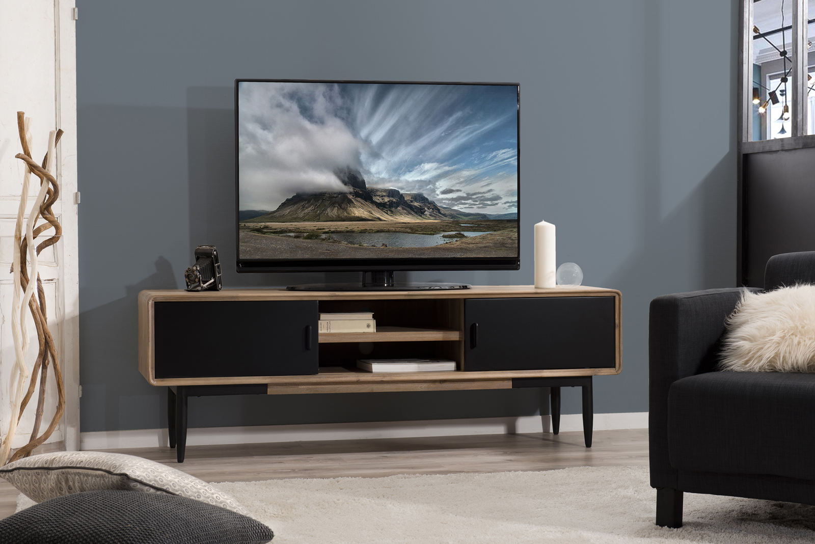 Meuble Tv En Acacia Massif Couleur Naturelle 2 Portes Coulissantes Noires 2 Niches Et Pieds Metal 165x45x55cm Palmeira