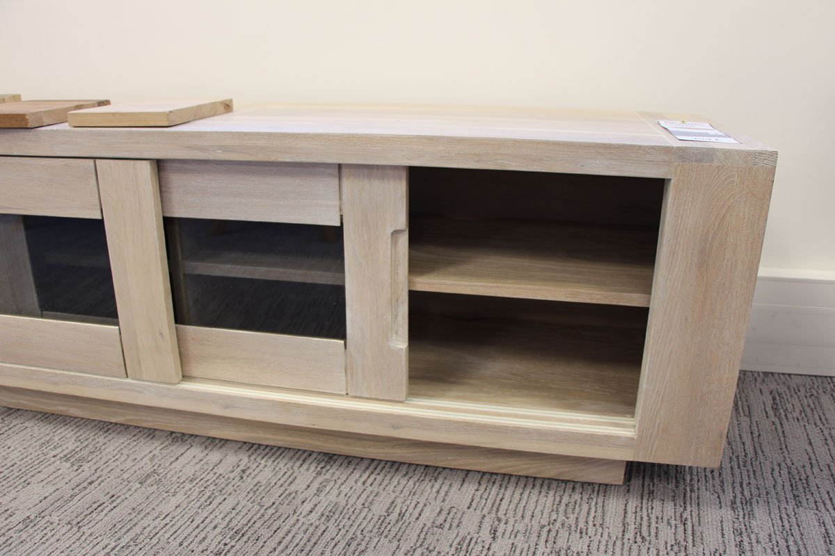 Meuble Tv Chene Massif Cire Blanchi 2 Portes Coulissantes Vitrees Fumees 2 Niches 180x42x47cm Manille Meubles Tv Pier Import